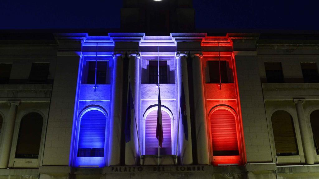 不滿中央政策 義大利地方政府幻燈射法國國旗?