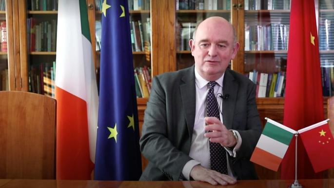 愛爾蘭駐瓷大使幫手拍賀年廣告惹忠誠爭議