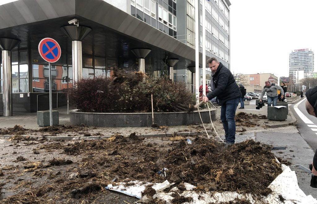 斯洛伐克都學法國農民 政府部門前倒糞便抗議