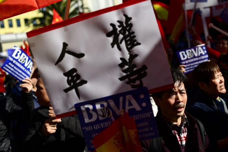 在西瓷國人抗議被凍結戶口 表示被指「洗黑錢」係種族歧視