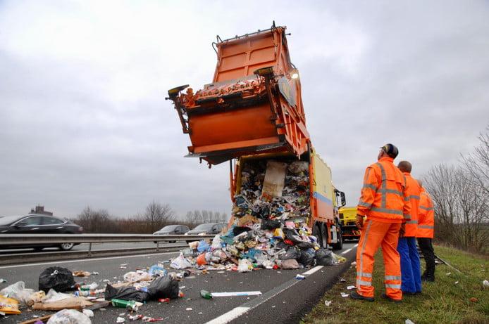 荷蘭垃圾車突然係公路開蓋 散落一地都係