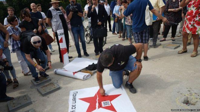 布加利亞毋忘被蘇佔 用「被割破紅星」示威紀念
