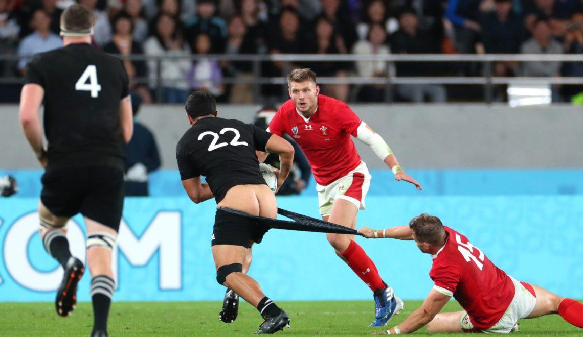欖球世界盃季軍賽 威爾斯搏命扯對手短褲 紐西蘭球員全露股