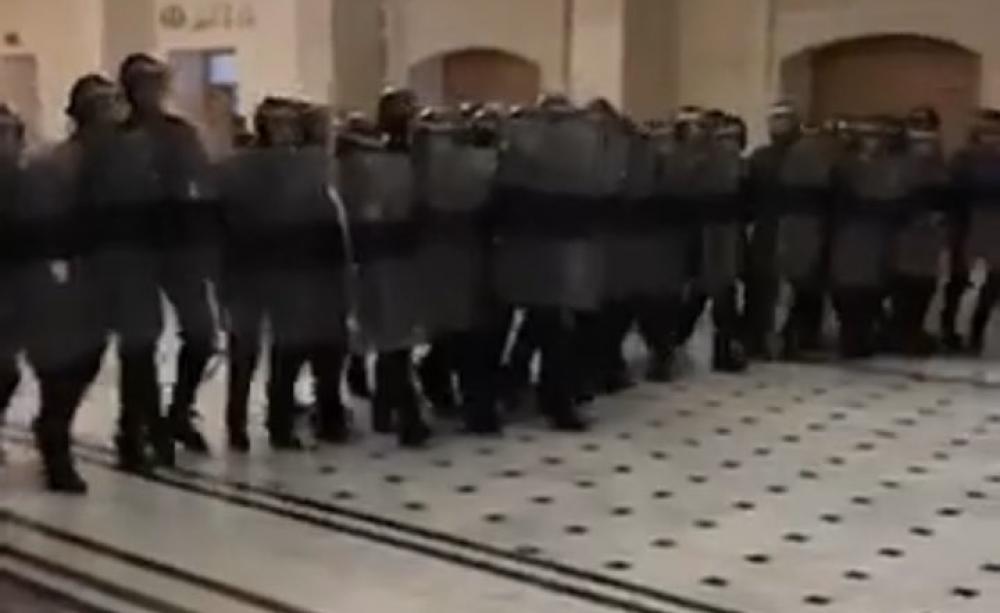 阿及利亞防暴 衝入法庭惹公憤