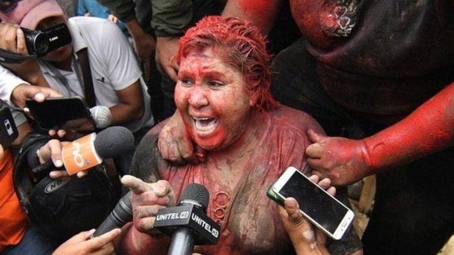 玻利維亞執政黨市長 被市民「淋紅油」羞辱