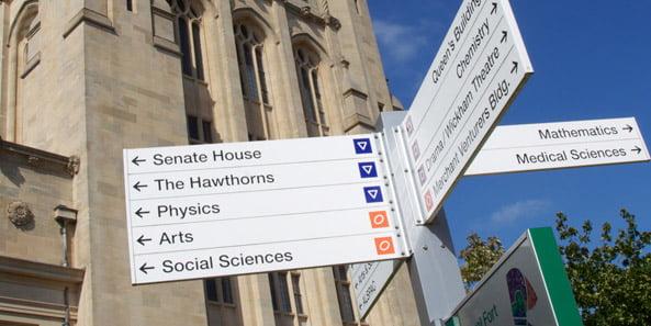 英大學花費2萬鎊 將「評議會大樓」改名做「評議會大樓」
