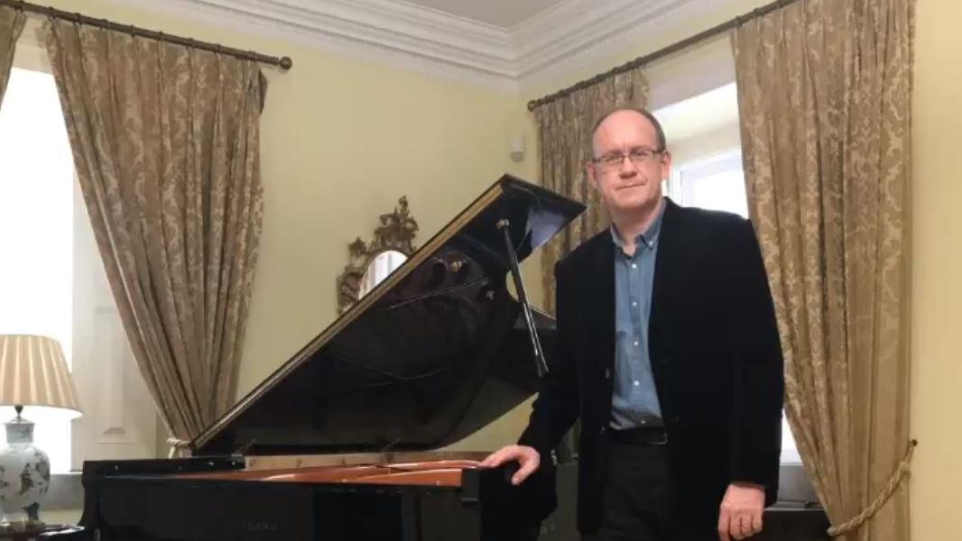 英國駐葡大使 表演鋼琴一戰成名?
