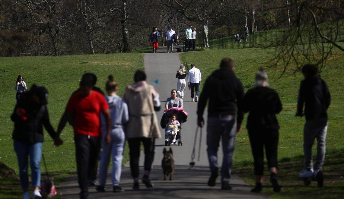 英國人外出曬太陽 政府大臣警告已經違規