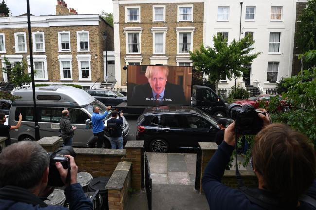 抗議Boris 寵臣 示威者係屋企門口擺大電視播 Boris 「命令」