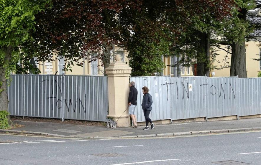 中國駐北愛領事館 無視禁制令 照起牆