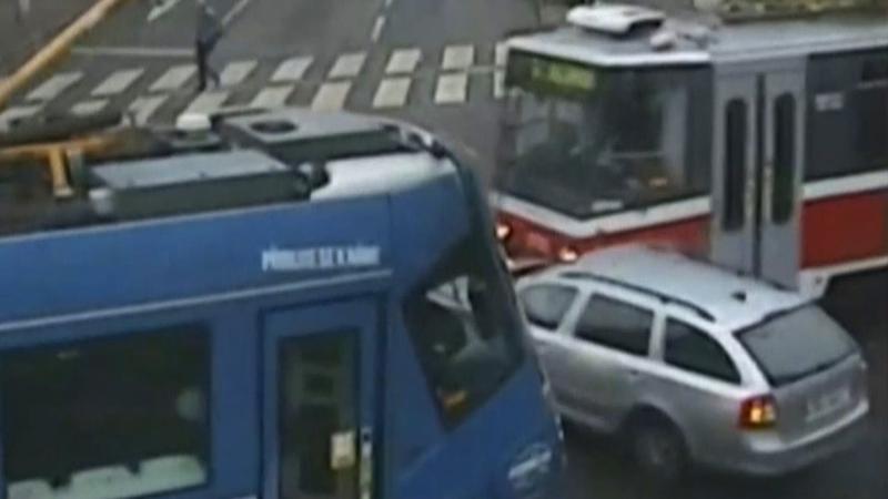 捷克離奇交通意外 電車夾私家車 司機只係輕傷?