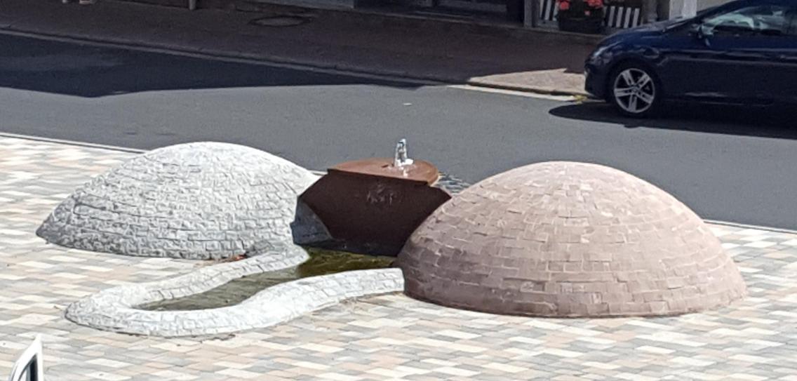 德國地方美化環境 搵個J型噴泉對住教堂