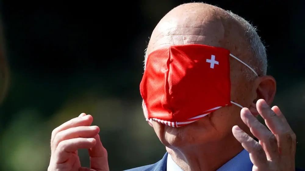瑞士國防部長戴口罩俾人恥笑