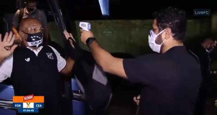 巴西教練見到探熱槍舉手投降