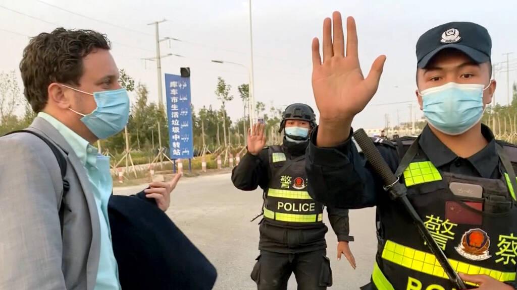 荷蘭記者採訪新疆 一接近教育營就俾公安圍