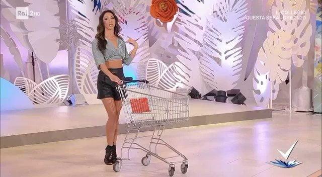 義大利公視購物節目 示範女生如何吸引男生被轟