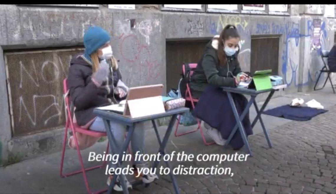 義大利少女街頭抗議 封閉學校