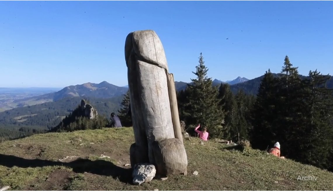 拜仁山區巨型JJ型木雕突然消失 眾說紛紜